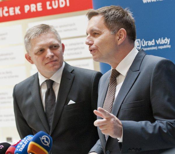 Predseda vlády Robert Fico a minister financií Peter Kažžimír. Foto – TASR