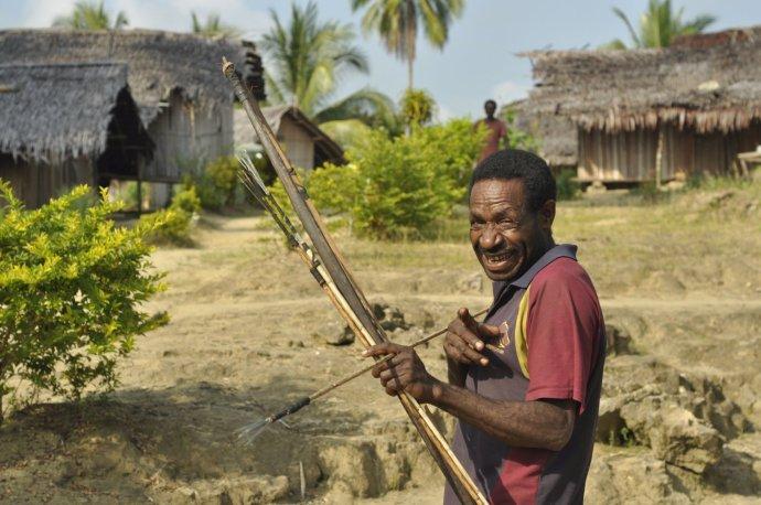 Tento chlapík si na Papui Novej Guinei z Michala Knitla ešte robil žarty, vo vnútrozemí indonézskej Papui ho však jeden s lukom a šípmi žiadal o peniaze.