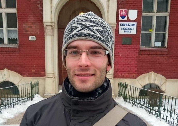 Osamelý sympatizant pred budovou gymnázia, kde maturoval. foto N- Laco Kerekeš