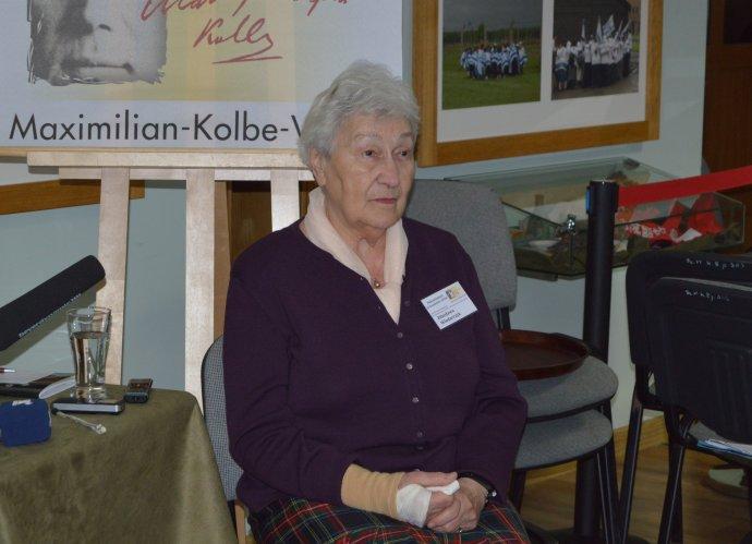 Zdzislawa Wlodarczyková sa narodila vo Varšave vroku 1933. Spolu scelou rodinou bola 12. augusta 1944 deportovaná do vyhladzovacieho tábora Auschwitz vOsvienčime. Tam bola väznená až do oslobodenia tábora 27. januára 1945. Po vojne bola aj sbratom prevezená do sirotinca vo Varšave, kde sa opol roka neskôr stretla aj so svojou matkou, medzičasom väznenou aj viných táboroch. Foto – autorka