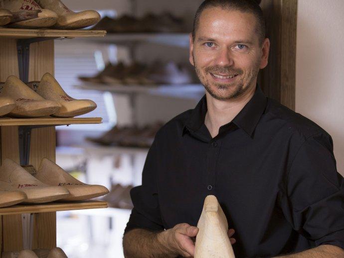Výrobca ručne šitej obuvi Marek Pažitný. Foto – archív M. P.