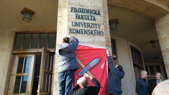Vysokoškolskí učitelia preberajú štrajkovú štafetu. Foto N - Dušan Mikušovič