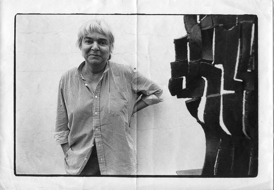 Erna Masarovičová (1926 – 2008) pri jednom zo svojich diel. Foto - Bohdan Holomíček, 1984