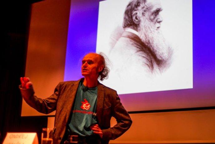 JAROSLAV FLEGR (1958) patrí medzi najznámejších českých biológov. Pôsobí na Karlovej univerzite v Prahe. Zaoberá sa evolučnou biológiou, evolučnou psychológiou a parazitológiou. Je autorom mnohých odborných článkov a kníh, napríklad Zamrzlá evoluce alebo Pozor, Toxo. Vedie výskumný projekt Pokusní králici, na ktorom robia výskumy v oblasti ľudskej sexuality, (morálneho) rozhodovania a voľby alebo vplyvu chovu mačky na ľudskú psychiku. Foto – Pokusní králici/Petr Jan Juračka