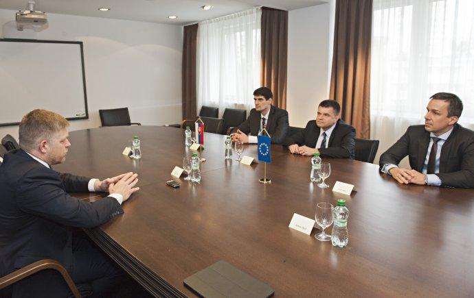 Nové vedenie ministerstva školstva s premiérom. Foto - Tasr