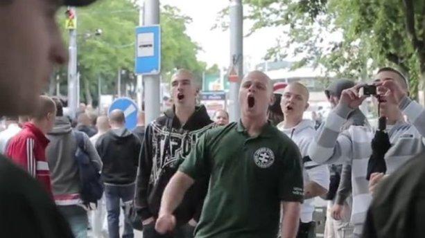 """Poslanec Milan Mazurek pri vlaňajšom pochode proti moslimom kričal na moslimskú rodinu: """"J…m vášho Alaha!"""" Reprofoto – YouTube"""