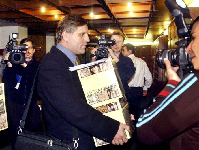Anton Čulen v parlamente s petíciou za urýchlené prijatie Zmluvy o výhrade vo svedomí v roku 2006. Foto – TASR