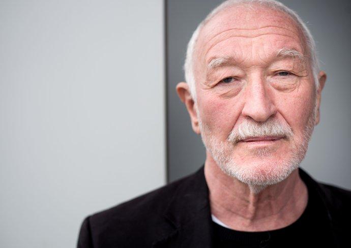 František Šebej (1947) vyštudoval psychológiu, pôsobil na viacerých pracoviskách Univerzity Komenského a Slovenskej akadémie vied, kde bol aj členom predsedníctva. V rokoch 1990 – 1992 bol poslancom Federálneho zhromaždenia. V rokoch 1998 – 2002 bol poslancom NR SR, neskôr novinárom v časopisoch Domino fórum a .týždeň. Od roku 2010 je opäť poslancom parlamentu, kde viedol zahraničný výbor. Je spoluzakladateľom karate na Slovensku. Foto N – Tomáš Benedikovič