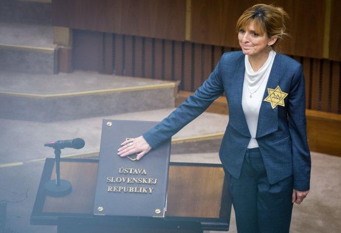 Viera Dubačová si pri skladaní poslaneckého sľubu demonštratívne pripla žltú hviezdu. Foto N – Tomáš Benedikovič