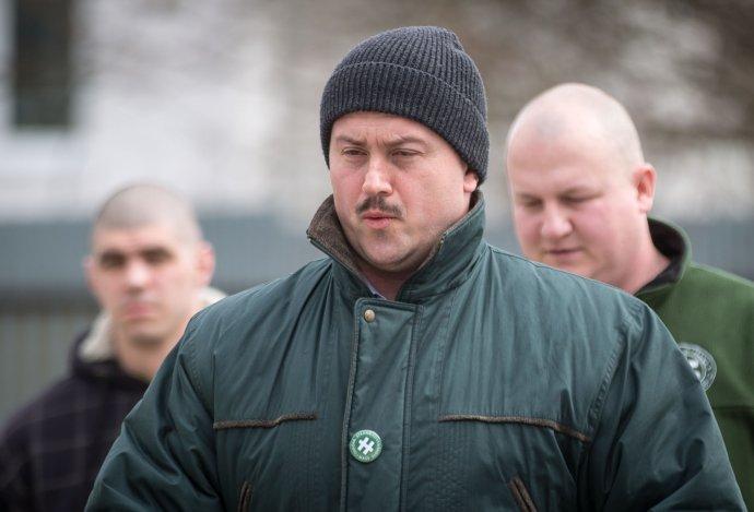 Marian Kotleba a vpravo jeho ozbrojený poslanec Peter Krupa, ktorý ho často sprevádza. Foto N – Tomáš Benedikovič