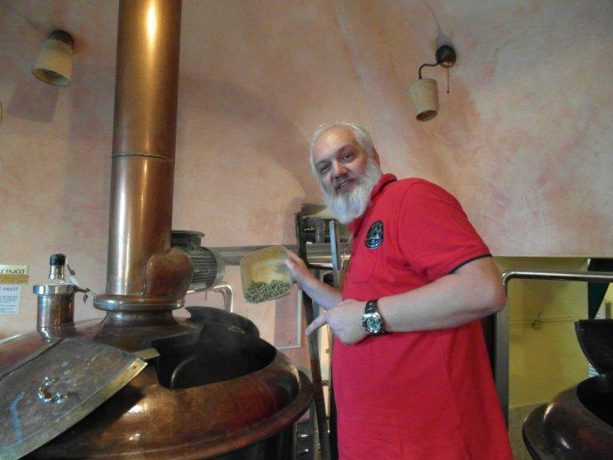 Peter Bognár (1959) Je jedným zo zakladateľov a vedúcou osobou košickej domovaričskej scény, ktorá sa voľne združuje pod hlavičkou Košická domovaričská divízia. Spoluorganizoval prvúdegustačnú súťaždoma varených pív na Slovensku – Slovak Homebrewing Star.Od roku 2012 v Košiciach organizuje s KDDmedzinárodnú súťažBiela vrana (okrem Slovenska za súčasti krajín, ČR, Poľska, Maďarska, Chorvátska, Bulharska, Fínska a Nemecka). Absolvoval kurz vodbore pivovarníctvo asladovníctvo na Slovenskej poľnohospodárskej univerzite vNitre a degustačné skúšky v Prahe a Varšave. Pôsobí aj ako medzinárodný degustátor na súťažiach na Slovensku, v Poľsku, Česku, Maďarsku, Bulharsku ivChorvátsku. Na súťažiach doma aj vzahraničí získal rad ocenení, je držiteľom ocenení Osobnosť homebrewingu za roky 2011, 2012 a2013, ktoré vyhlasuje Pivovarnícka akadémia AMNPS.