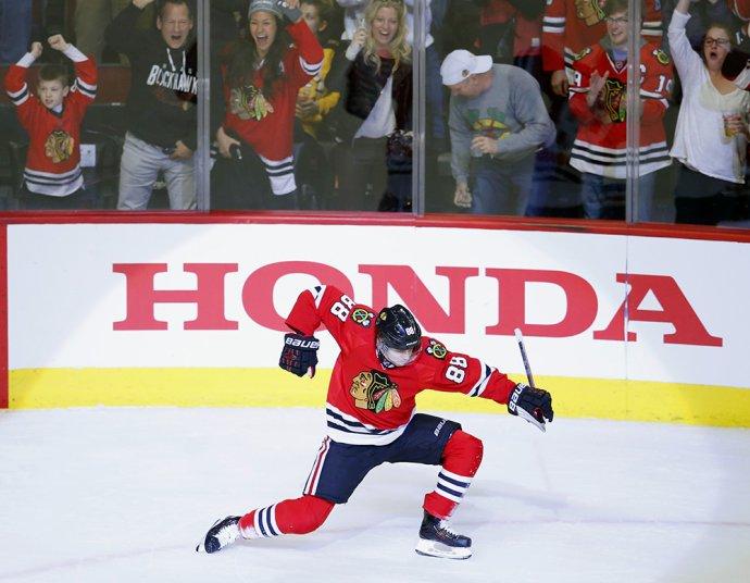 Patrick Kane oslavuje gól v zápase proti Bostonu. Foto - AP