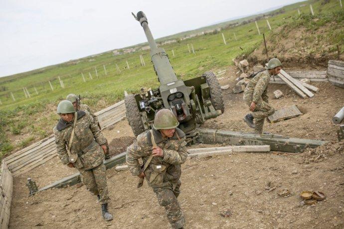 Najhoršie boje vNáhornom Karabachu od uzavretia prímeria medzi Arménskom aAzerbajdžanom si vyžiadali začiatkom apríla desiatky obetí. Znovu uzavreté prímerie sa stále porušuje. FOTO - TASR/Ap