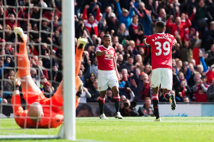 Marcus Rashford sa teší z gólu proti Aston Ville. Foto - AP