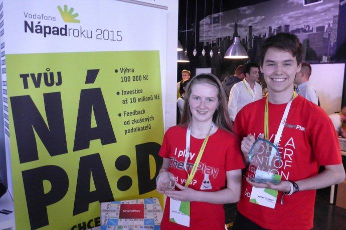 Adrián Hegedűš a Ivana Kravárová z Gymnázia Jura Hronca v Bratislave, tvorcovia hry ChemPlay. Foto - ChemPlay