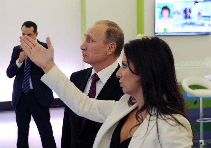 Šéfredaktorka Sputnika Margarita Simonjanová a ruský prezident Vladimir Putin. Foto – TASR/AP