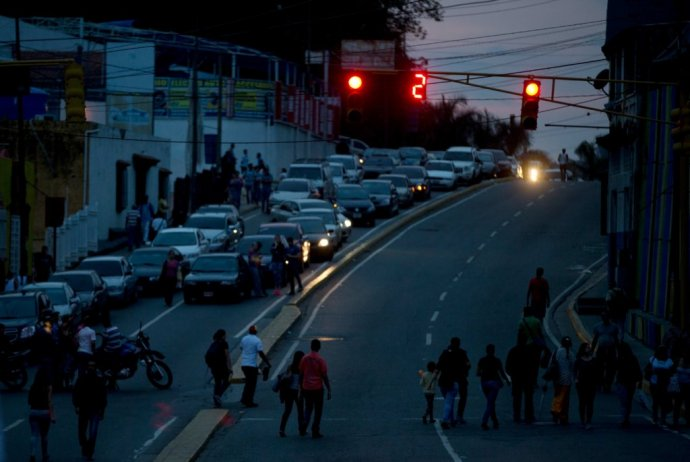 Venezuela je jednou z najnásilnejších krajín sveta. Výpadky elektriny pocit nebezpečia v uliciach len zvyšujú. FOTO - AP