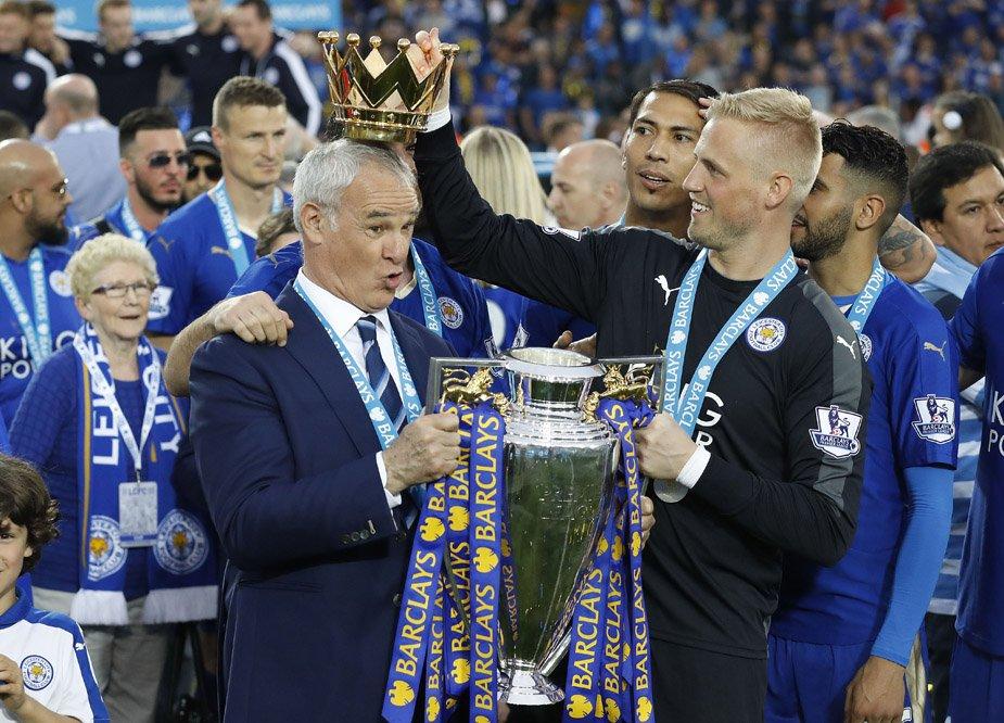 Schmeichel s trénerom Ranierim s trofejou pre víťaza Premier League. Foto - ap