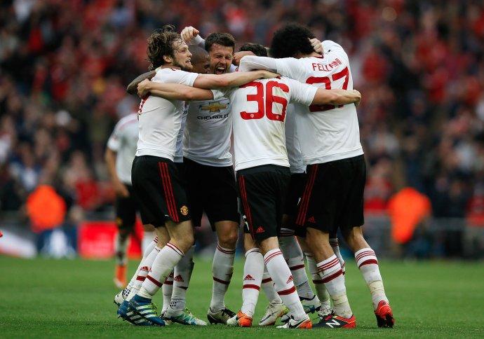 Hráči Manchestru United oslavujú výhru FA Cupu. Foto - AP