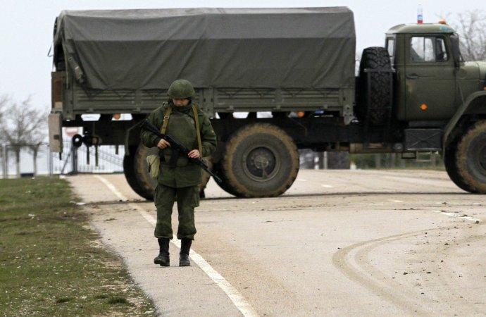 Ukrajinský Krym obsadili pred takmer piatimi rokmi ruskí vojaci bez označenia. Foto – TASR/AP
