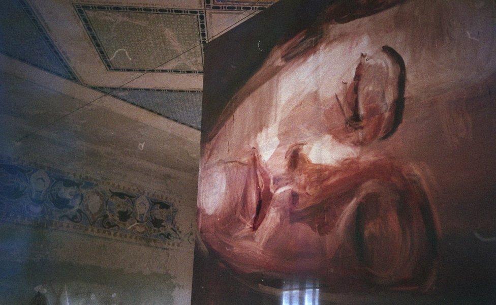 Pohľad do výstavy Jany Farmanovej v šamorínskej synagóge. Foto – Ester Šabíková