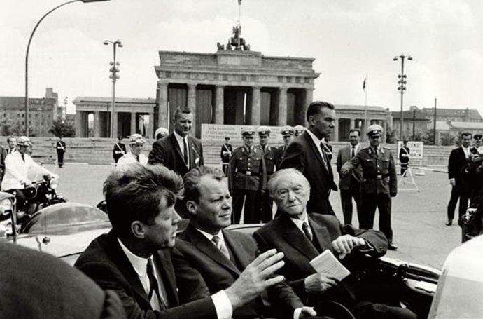 Americký prezident John. F. Kennedy (vľavo), starosta Západného Berlína Willy Brandt a kancelár Konrad Adenauer v Berlíne v krízovom roku 1963. Foto - TASR