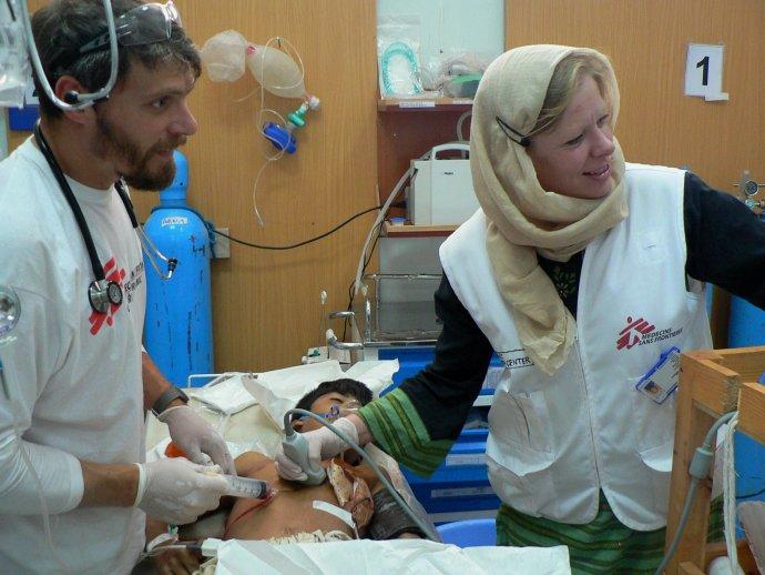 Eva Kušíková s českým kolegom chirurgom Tomášom Šebekom v Kundúze zachraňujú 12-ročného chlapca s priestrelom hrudníka, ktorého ohrozuje nahromadenie krvi v osrdcovníku (vaku, ktorý obaľuje srdce). Toto inak smrteľné poranenie chlapec prežil. Foto – Archív E. K.