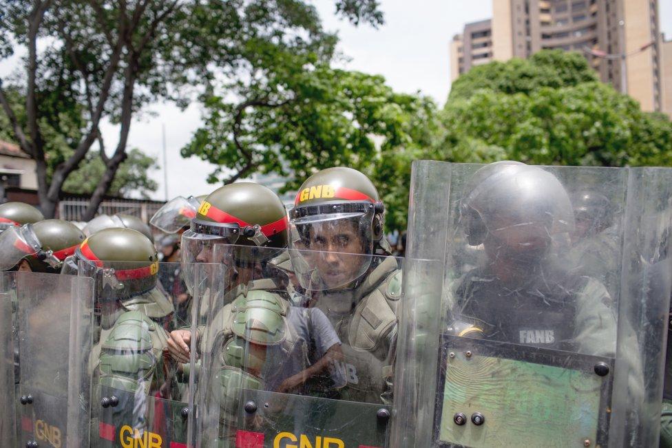 Národná bolívarská garda v Caracase pravidelne potláča protivládne demonštrácie, inokedy bezdôvodne tyranizuje ľudí. Foto – Washington Post/Alejandro Cegarra