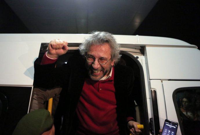 Šéfredaktor tureckého opozičného denníka Cumhuriyet Can Dündar po prepustení z väzenia. Foto – TASR/AP