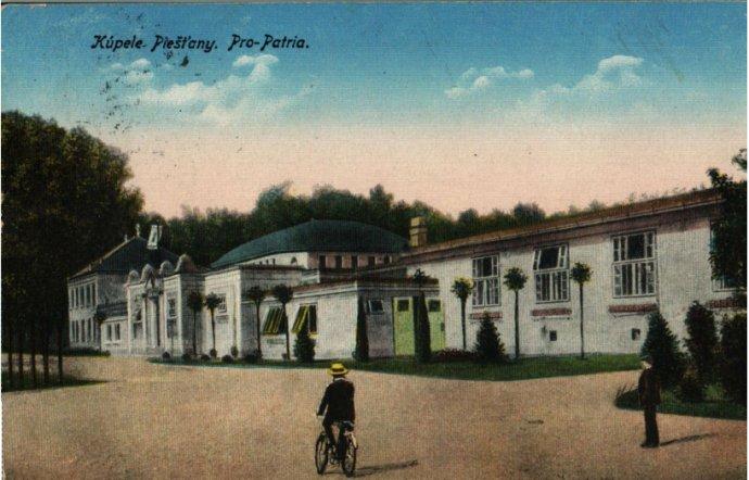 Cyklista na pohľadnici z Piešťan z roku 1927. Foto – archív Alexandra Urminského