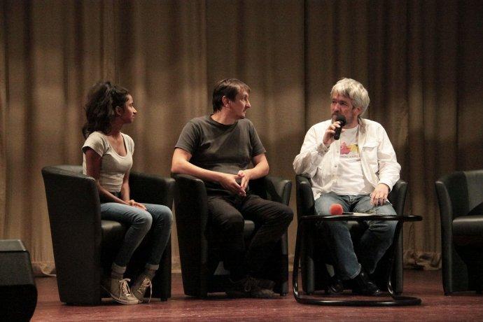 Iniya Govender, Juraj Hipš a Andrej Bán na diskusii o slobode a extrémizme vo Veľkom Krtíši. Foto – Karol Sudor