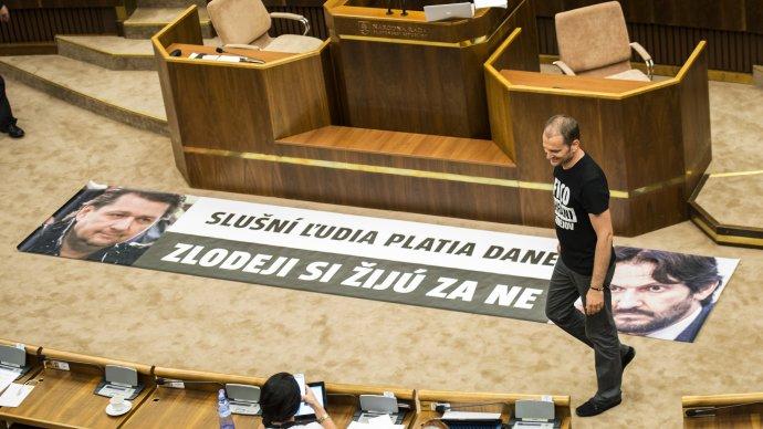 Mimoriadna schôdza ku kauze Kaliňák sa skončila sporom o transparent. V budúcnosti za podobné aktivity čakajú poslancov tresty. Foto – TASR