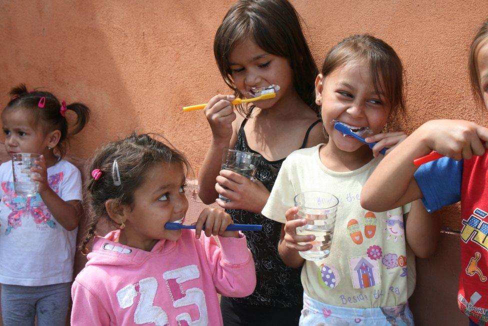 Asistenti osvety zdravia učia deti, ako si správne čistiť zuby. Foto – Zdravé komunity