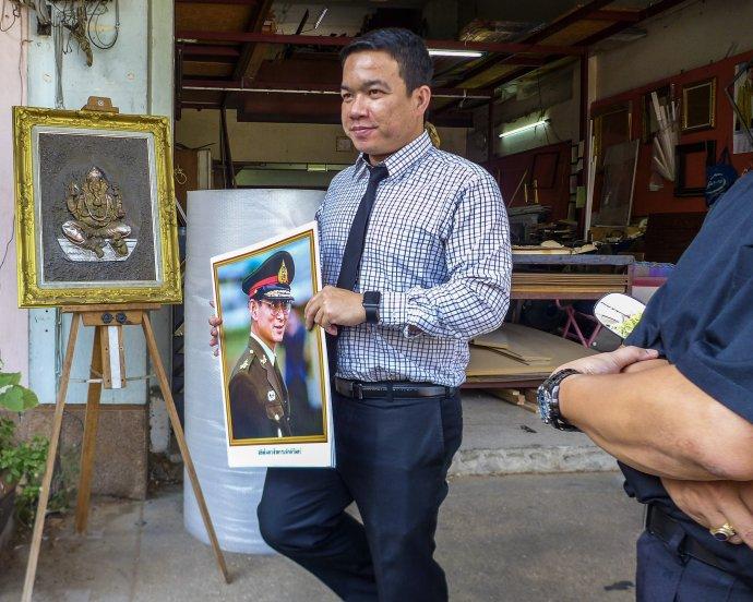 Thajčan práve nakúpil svoj obraz. Foto – Noel Rojo