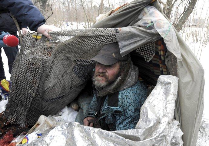 V týchto dňoch ide ľuďom bez domova o život. Foto – TASR