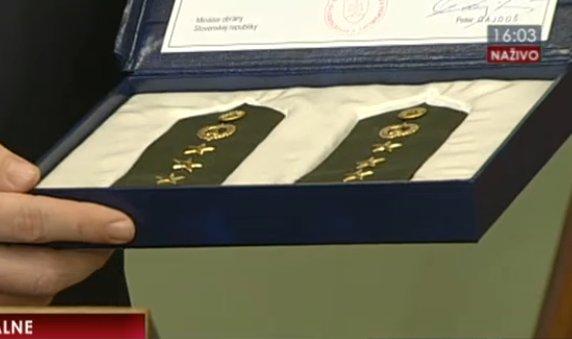 Najviac hrdý na svoju hodnosť je predseda SNS Andrej Danko, vo štvrtok na tlačovej konferencii svoje výložky pobozkal. Reprofoto – TA3