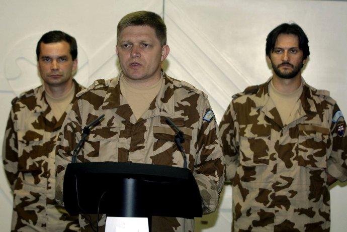 Robert Fico, vtedajší minister obrany František Kašický a minister vnútra Robert Kaliňák v roku 2006 v Afganistane. Dnes by Fico mohol vojenskej jednotke veliť. Foto – TASR