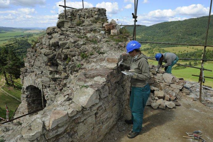 Kamenický hrad v okrese Sabinov od roku 2006 zachraňovali len dobrovoľníci. Až o sedem rokov sa pridal aj štát. Foto – TASR