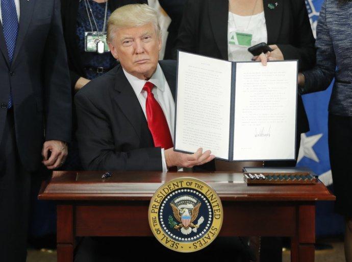Jedno z prvých rozhodnutí Trumpa - postaviť múr na hraniciach s Mexikom a nevpustiť migrantov zo siedmich krajín. FOTO - TASR/AP