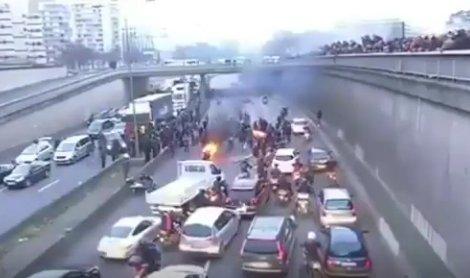 Protestujúci násilím zastavovali dopravu na parížskom obchvate –ale v roku 2016. Reprofoto – N