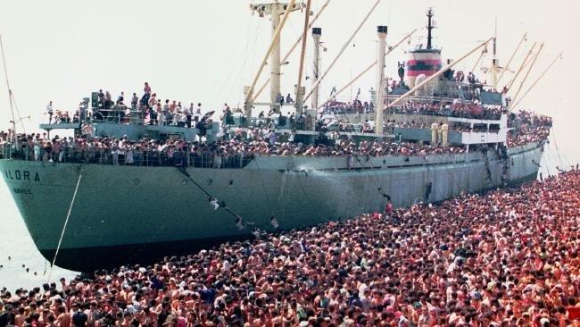 Hoaxy o migrantoch sa u nás šíria už tri roky. K najslávnejším patrí fotka lodi plnej migrantov, ktorí sa údajne práve vyloďujú v Európe. Fotka v skutočnosti pochádza z roku 1991, je na nej loď La Vlora, ktorej kapitán bol vtedy nútený priviesť 20-tisíc Albáncov do Talianska. Foto – Wikipedia