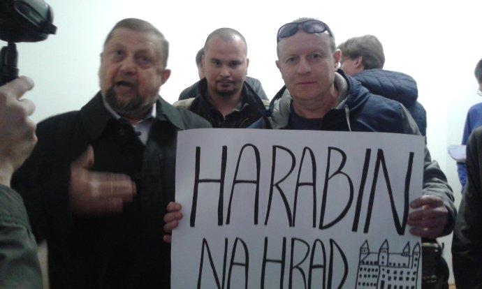 Štefan Harabin a jeho podporovatelia pred disciplinárnym pojednávaním. Foto N – Veronika Prušová