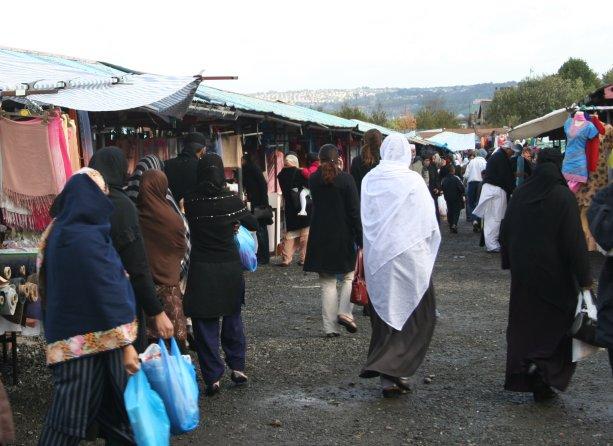 Moslimské ženy na trhovisku. Nachádzame sa v Európe, v britskom Bradforde. Fotografia Marcel Uhrin