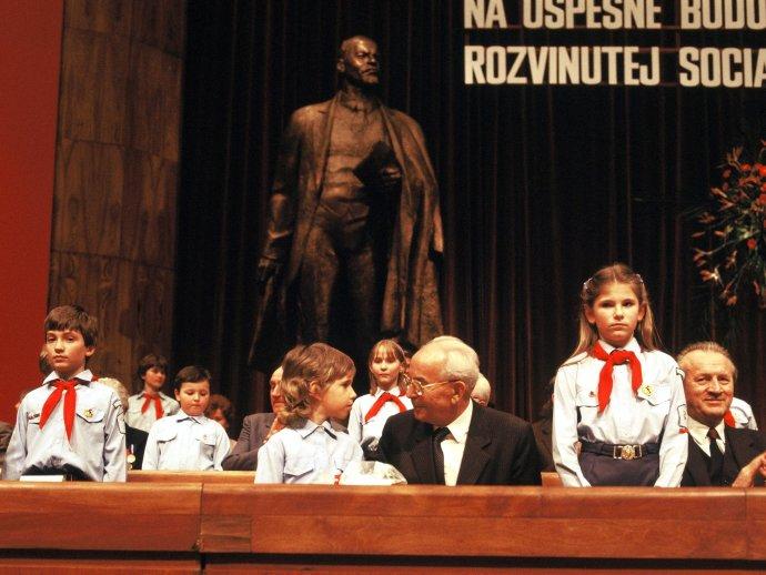 Na zjazde KSS v marci 1986 nesmel chýbať Gustáv Husák, ale ani pionieri. Foto – TASR