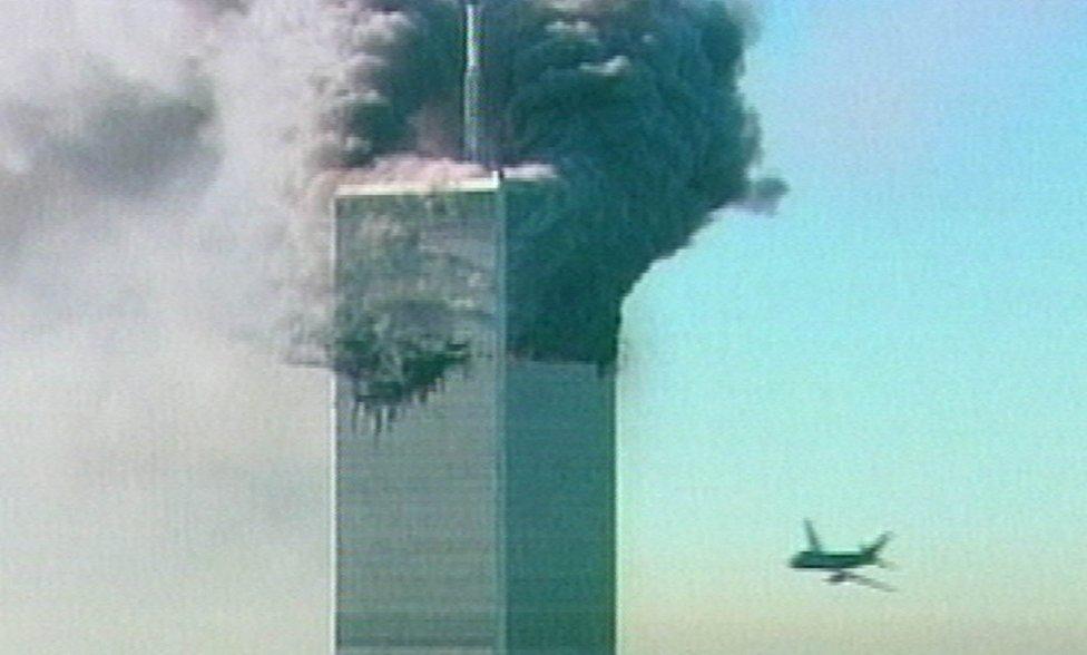 Na televíznej snímke CNN z 11. septembra 2001 letí vpravo lietadlo smerom na výškovú budovu Svetového obchodného centra (WTC) v New Yorku. Toto lietadlo bolo druhé, ktoré narazilo do budovy WTC. Foto – TASR/AP