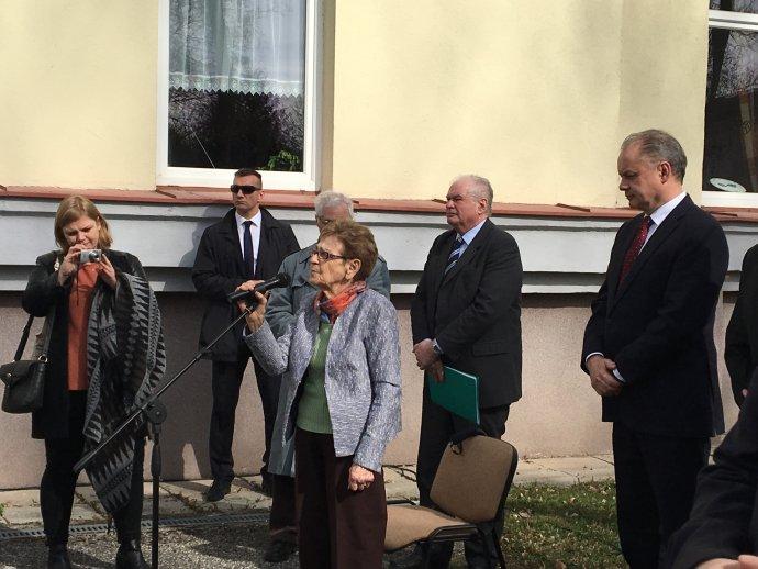 Edita Grosmanová pri odhaľovaní pamätnej tabule k prvému transportu v Poprade. Foto – Post Bellum