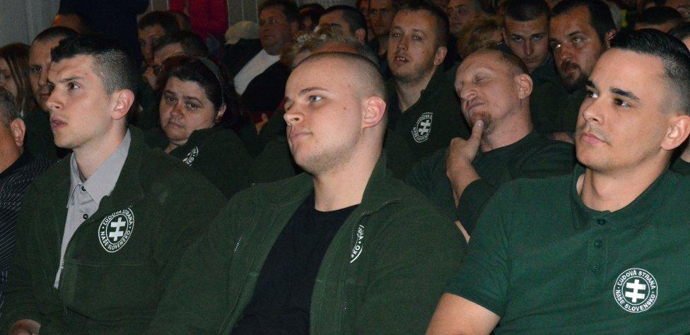 Milan Mazurek a ostatní kotlebovci v hľadisku kežmarskej debaty iniciatívy Zabudnuté Slovensko. Foto N – Daniel Vražda