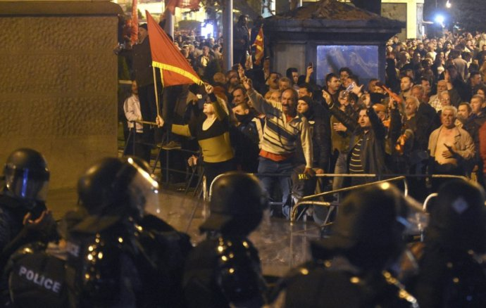 Policajný kordón bráni parlament pred demonštrantmi. FOTO - AP