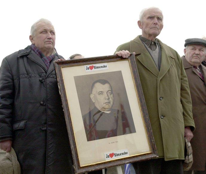 Priaznivci Jozefa Tisa na stretnutí v Bratislave v roku 2000. Foto – TASR