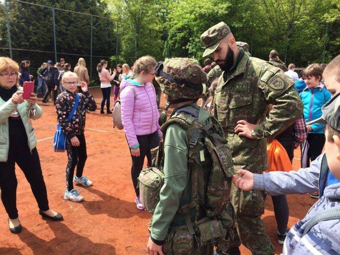 Slovenskí branci na základnej škole v Nitre. Foto – FB brancov